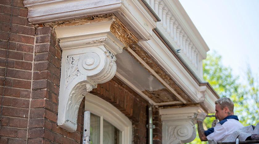 13 Batjanstraat 32 verwijderen oude verflaag ornament bij renovatie balkonhek 2