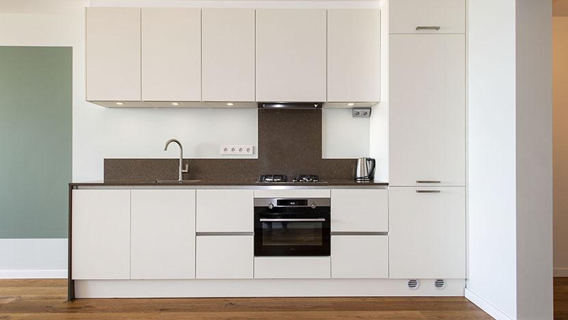 nieuwe keuken in appartement zeekant