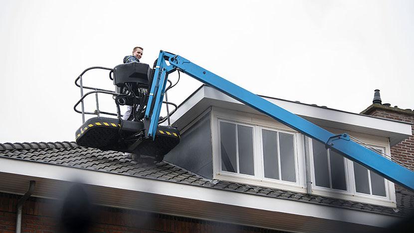 vve onderhoud aan dak met hoogwerker statenkwartier